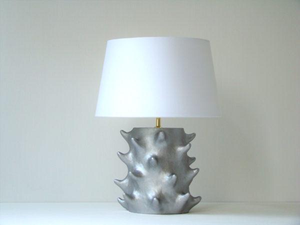stříbrná stolní lampa