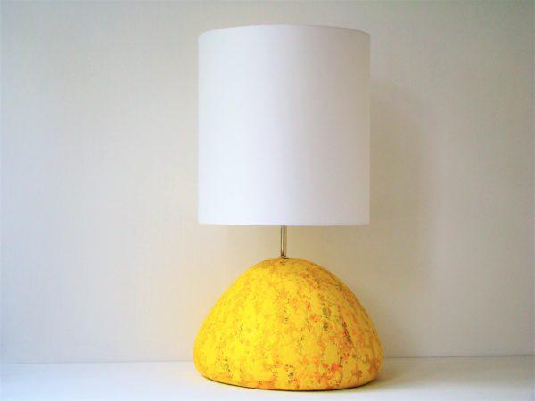 zluta stolni lampa
