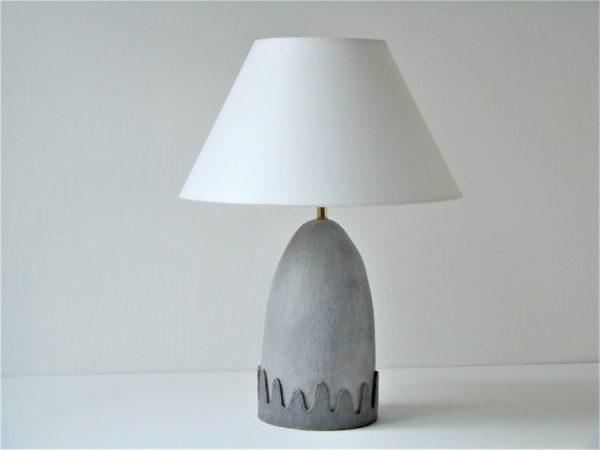 šedá stolní lampa