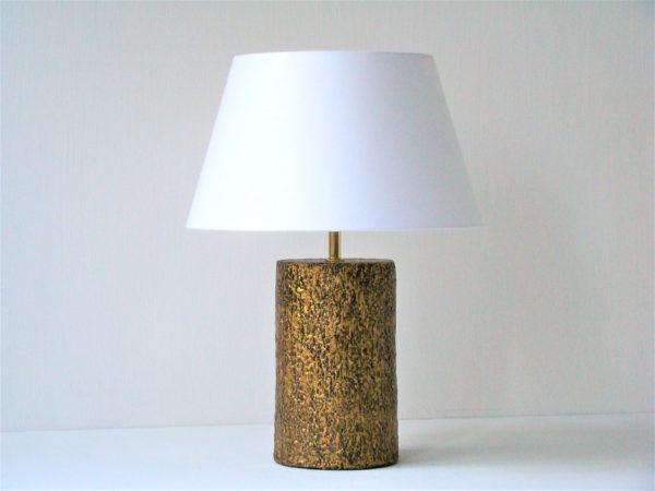zlatá stolní lampa