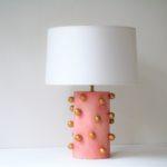růžová stolní lampa