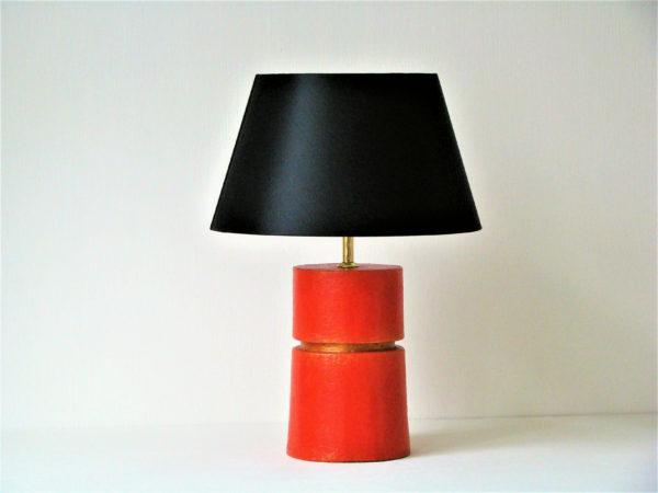 cervena stolni lampa