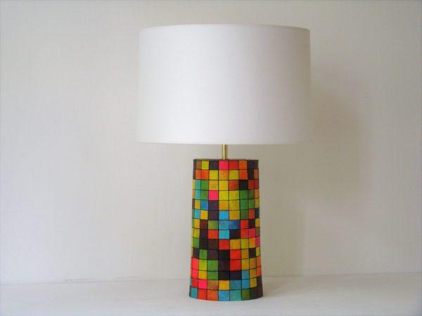 barevná stolní lampa
