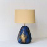 modrá stolní lampa