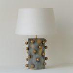 designová stolní lampa šedá s kuličkami