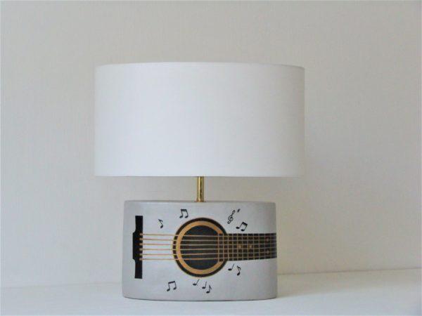 kytarova stolni lampa kytara