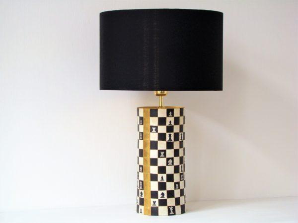 stolní lampa černobílá šachy