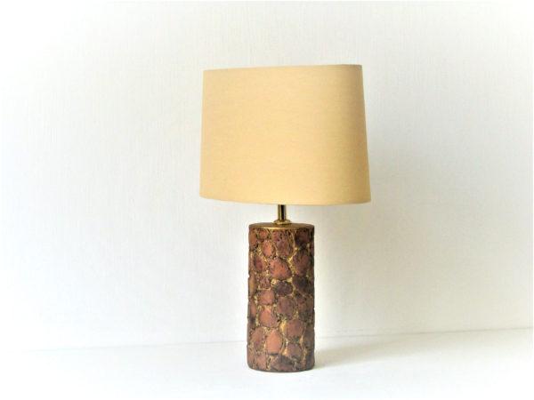 designová hnědá stolní lampa žirafa
