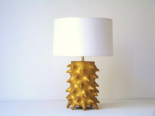 zlata stolni lampa