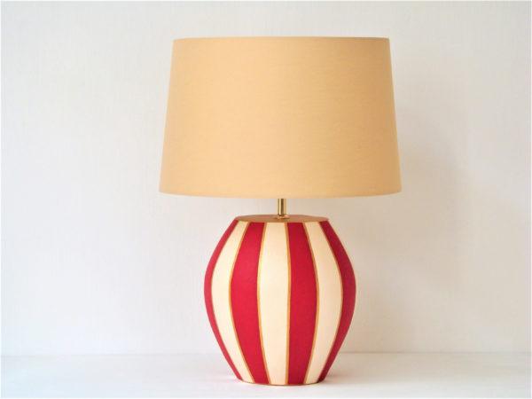 červená pruhovaná romantická zámecká stolní lampa