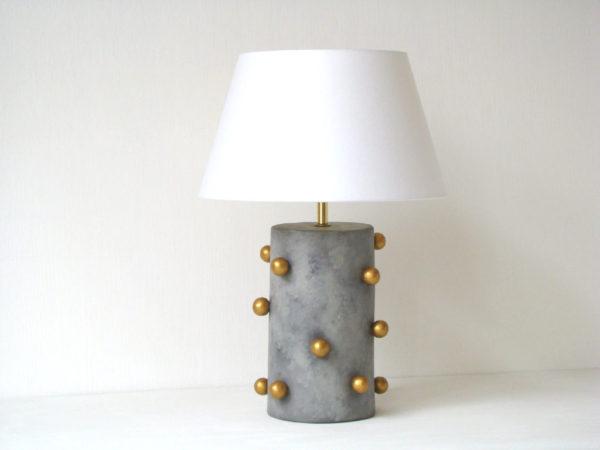 šedá stolní lampa s kuličkama, zlaté kuličky