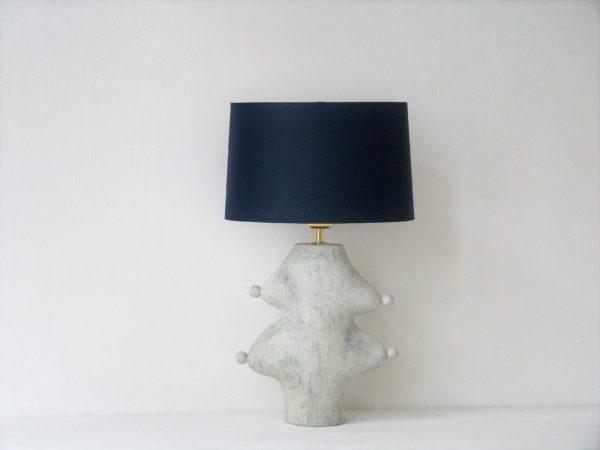 šedá stolní lampa modré stínidlo